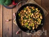 Пържени пилешки хапки от филе с броколи, соев сос, мед и горчица на тиган